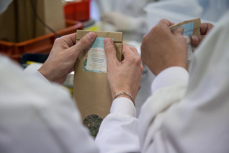 """Comme des tisanes, gamme de """"tisanes créatives"""" lancée par herboriste Stéphane Rossi, gérant de l'herboristerie Au temps des fées à Grenoble. © Yuliya Ruzhechka - Place Gre'net"""