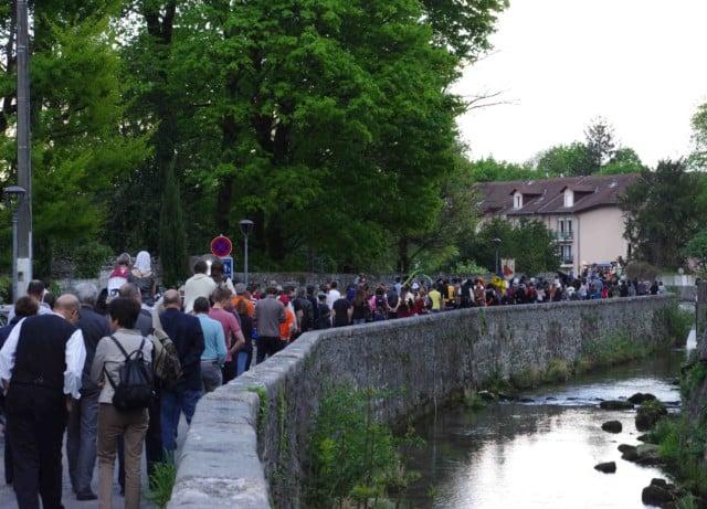 Le défilé du festival Lesdiguières à côté du canal du Furon à Sassenage. Samedi 8 avril © Albéric Marzullo - Place Gre'net