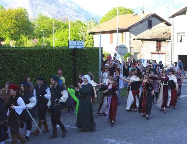 Une multitude de costumes différents au festival Lesdiguières. À Sassenage le samedi 8 avril © Albéric Marzullo - Place Gre'net
