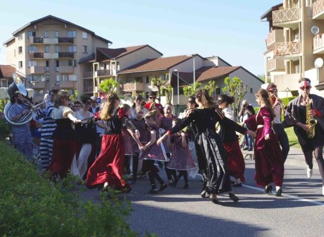 Danse au rythme de la fanfare au festival Lesdiguières à Sassenage. Le samedi 8 avril © Albéric Marzullo - Place Gre'net