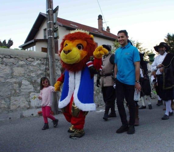 Un roi en costume de lion à la parade du festival Lesdiguière. Rue des Marronnières à Sassenage le samedi 8 avril © Albéric Marzullo - Place Gre'net