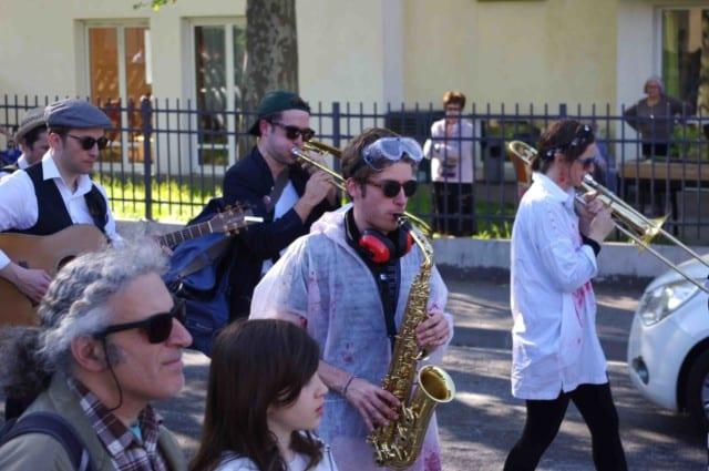 Animation musicale durant la parade du festival Lesdiguières. Rue du Gua à Sassenage le samedi 8 avril © Albéric Marzullo - Place Gre'net