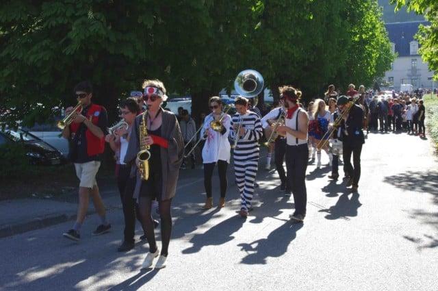 La fanfare La Mort Subite durant la parade du festival Lesdiguières. Allée du Château à Sassenage le samedi 8 avril © Albéric Marzullo - Place Gre'net