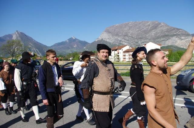 Une parade armée jusqu'au dents lors du festival Lesdiguières. Sassenage le samedi 8 avril © Albéric Marzullo - Place Gre'net