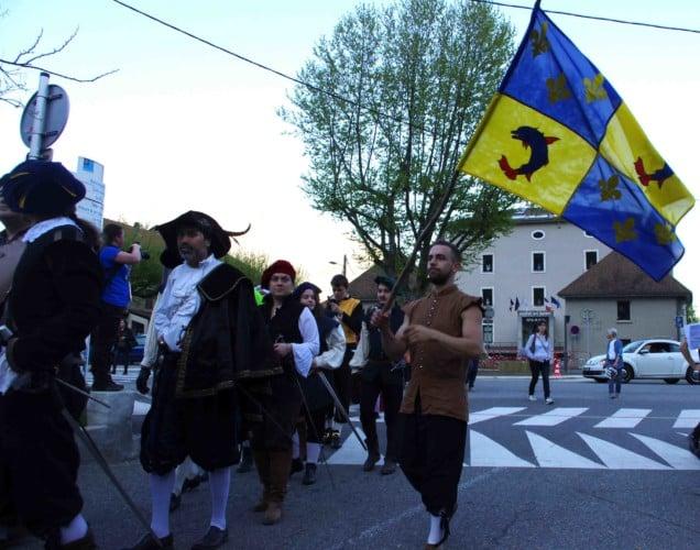 La parade du festival Lesdiguières devant la mairie de Sassenage. Samedi 8 avril © Albéric Marzullo
