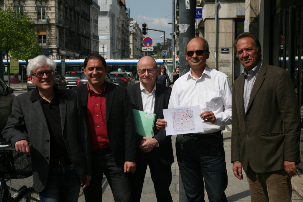 L'association Grenoble à coeur et son avocat. De gauche à droite : Dominique Grand, Cyril Sarrasi, Me Bernard Boulloud, Olivier et François Bazes © Florent Mathieu - Place Gre'net