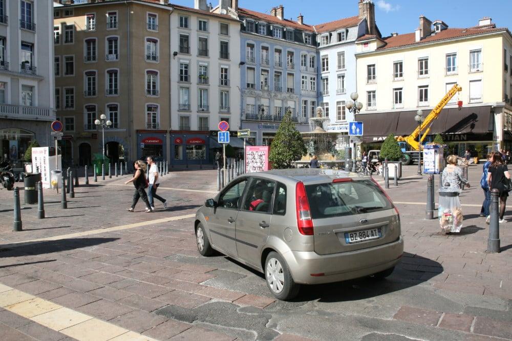 Des voitures circulant parmi les piétons Place Grenette, une image du passé à compter du 18 avril ? © Florent Mathieu - Place Gre'net