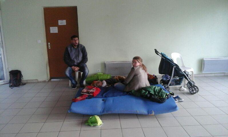 Parmi les personnes sans solution de logement, une femme enceinte avec un bébé. DR