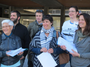 Vendredi 14 avril, le collectif Touchez pas à nos bibliothèques remet ses 3159 signatures complètes (et 4161 au total) à la Ville de Grenoble. © Séverine Cattiaux – Place Gre'net