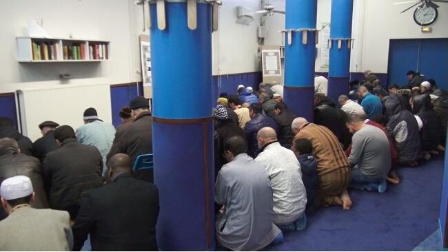 La préfecture rappelle les lieux d'abattage agréés ainsi que les interdictions pour la fête musulmane de l'Aïd al-Adha qui doit débuter le 1er septembre.Fidèles lors d'une prière à la mosquée de Teisseire, rue Paul Cocat. © Joël Kermabon - Place Gre'net