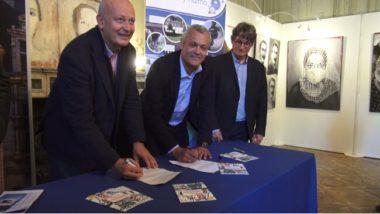 Signature du partenariat. De gauche à droite : Axel Debus, chef de projet Citiz, Fabrice Hugelé, président de l'Office de tourisme Grenoble-alpes Métropole et Yves Exbrayat, le directeur de l'Office du tourisme. © Joël Kermabon - Place Gre'net