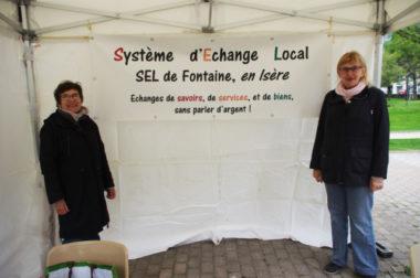 """Association système d'échange local (SEL) sur son stand pour l'opération """"Fontaine mon amour propre"""" © Albéric Marzullo - placegrenet.fr"""