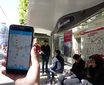 L'application Amigo en fonctionnement devant l'arrêt de tram Alsace-Lorraine © Thibaut Ghironi