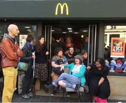 Le collectif « McDo passe à la caisse ! » a lancé ce 5 avril l'opération « Happy hours fiscales » en investissant le McDonald's du centre de Grenoble.© Joël Kermabon - Place Gre'net
