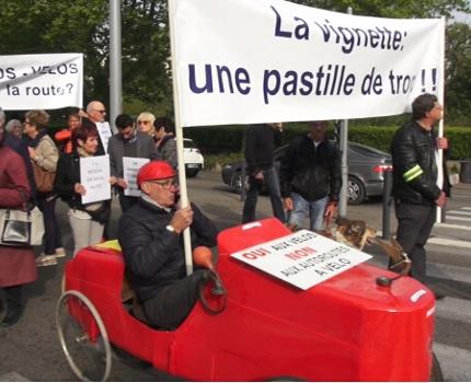 """Une marche pour la voiture avait lieu à Grenoble ce 25 avril à l'appel de l'Automobile club dauphinois contre des mesures """"discriminatoires et injustes"""". © Joël Kermabon - Place Gre'net"""