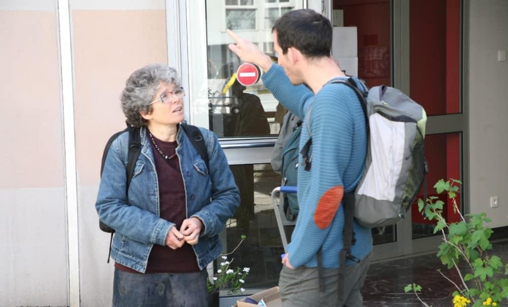 Christine Garnier s'entretenait avec David Bodinier, de l'Atelier populaire d'urbanisme de Villeneuve, au sortir de la présentation du rapport sur le mal-logement. © Florent Mathieu - Place Gre'net