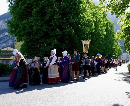 Départ de la parade du festival Lesdiguières à Sassenage. Samedi 8 avril © Albéric Marzullo - Place Gre'net
