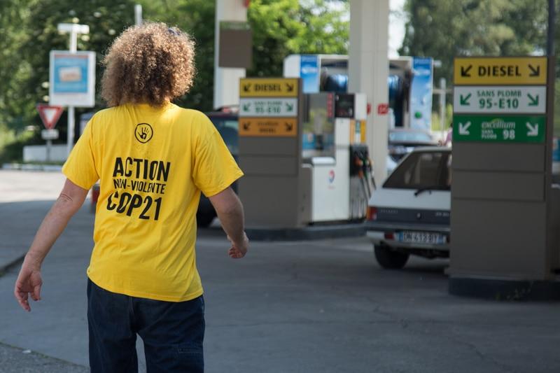 L'action de Greenpeace et ANV-COP21 contre Total. L'obectif? Défendre le Récif de l'Amazone. © Yuliya Ruzhechka - Place Gre'net