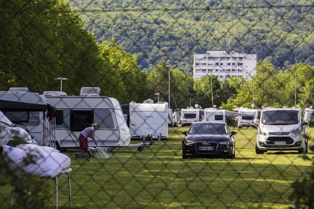En 2017, 250 caravanes de gens du voyages occupaient le parking de Alpexpo à Grenoble © Chloé Ponset - Place Gre'net