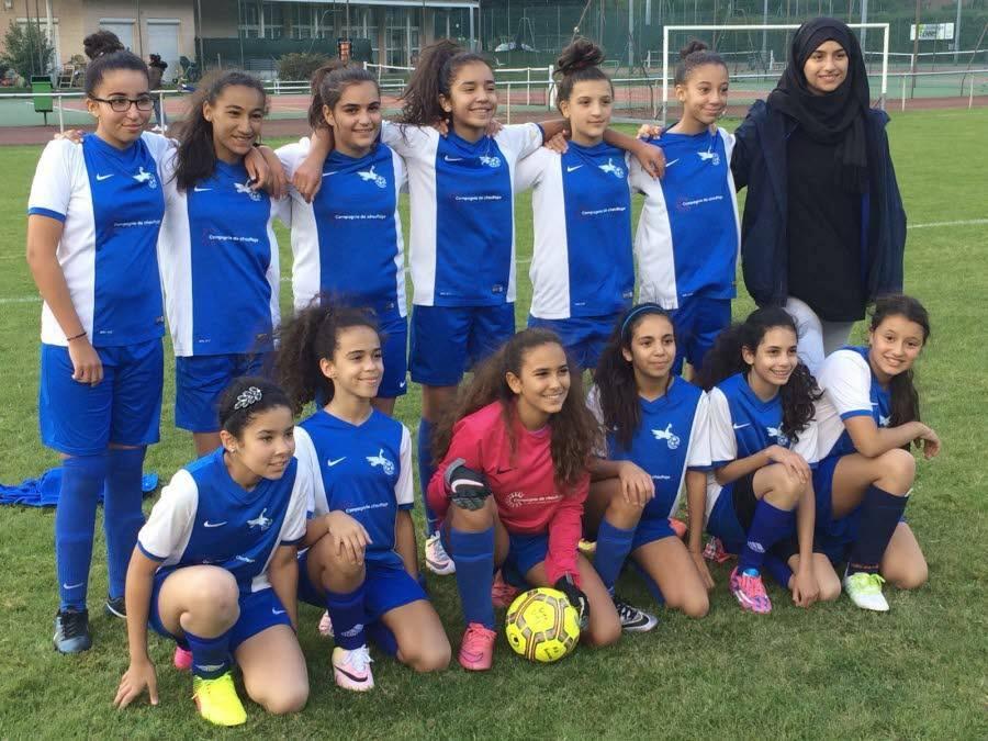 L'équipe féminine de l'AS Surieux et sa coach. Photo extraite du compte Facebook de Magalie Vicente