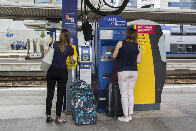 Achat et compostage des billets sur les quais de la gare SNCF, Grenoble © Chloé Ponset - Place Gre'net