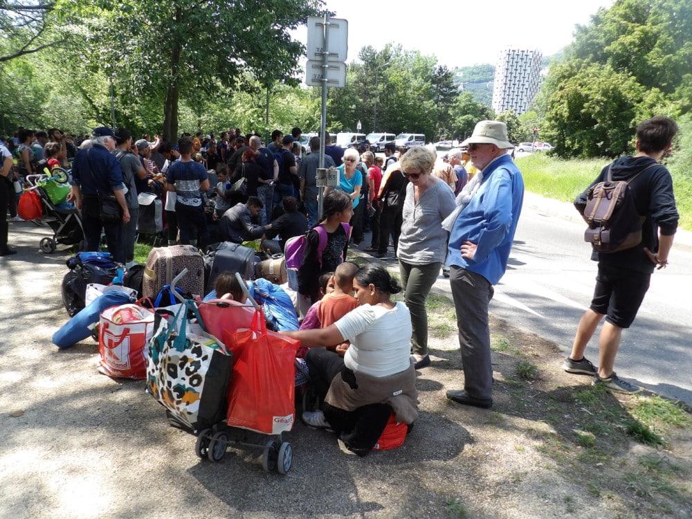 Les familles ont dû patienter de longs moments sous la chaleur avant d'être pris en charge. © Manuel Pavard, Place Gre'net