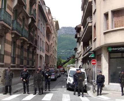 """Vingt-quatre heures après la """"réoccupation"""" de l'ancienne polyclinique rue Aristide-Bergès la police a expulsé les squatteurs ce 10 mai à la demande du CHU."""