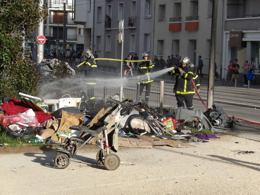 L'incendie a été rapidement maîtrisé par les pompiers mais a brûlé les poubelles et détruit une voiture, entièrement calcinée. © Manuel Pavard, Place Gre'net