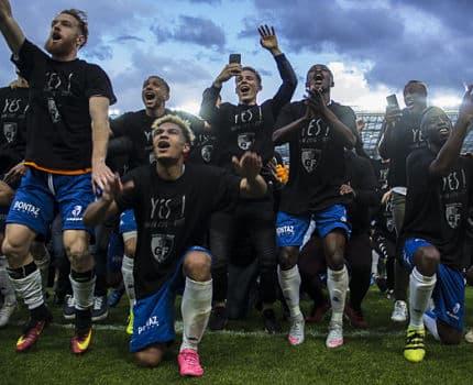 Joie des footballeurs grenoblois du GF 38 après leur victoire face au Puy (1-0) le 13 mai 2017. Un succès qui les propulse en National, le 3e division française. Photo Chloé Ponset