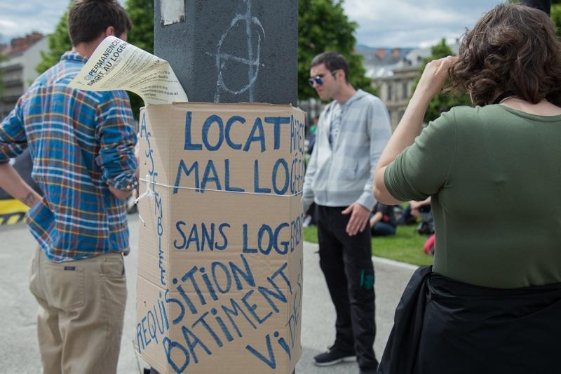 Face aux logements vacants, des associations comme Droit au logement 38 exige la réquisition. Rassemblement devant la Préfecture de l'Isère en mai 2017. © Yuliya Ruzhechka - Place Gre'net
