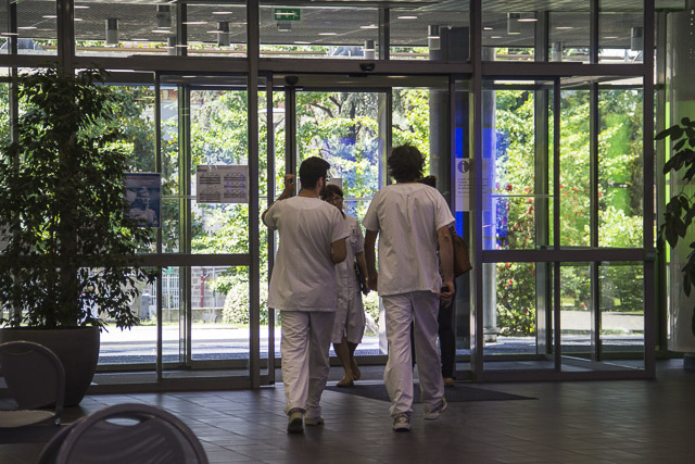 Médecins, personnel soignant, hopital couple enfant, CHU La tronche© Chloé Ponset - Place Gre'net