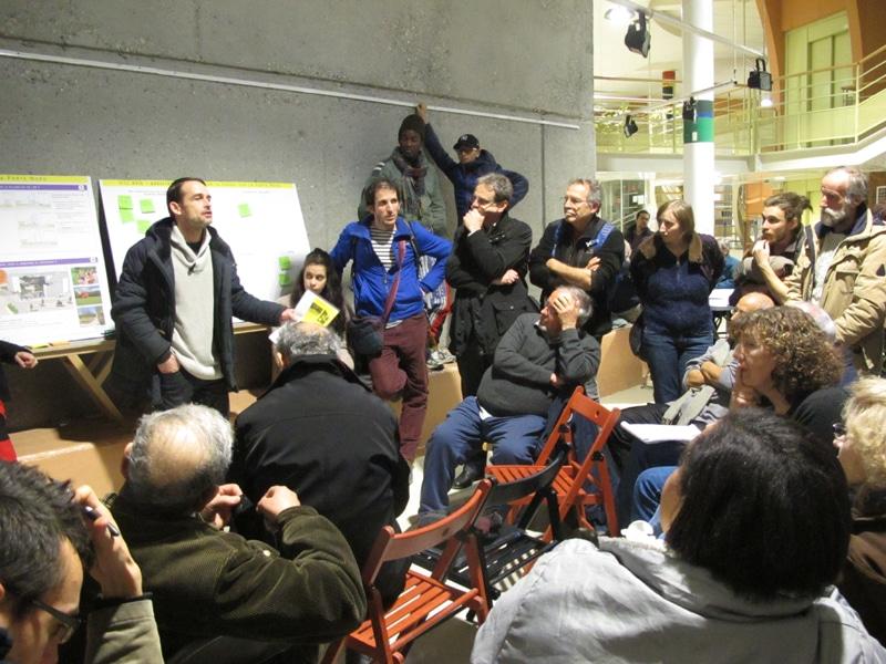 Virgile, résident du 10 Galerie Alequin prend la parole pour refuser les démolitions, lors d'une réunion de concertation sur le renouvellement urbain © Séverine Cattiaux – Place Gre'net
