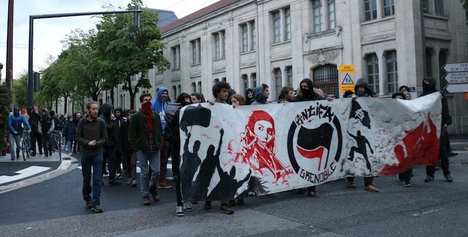 Rassemblement anti-Macron et Le Pen dans les rues de Grenoble.