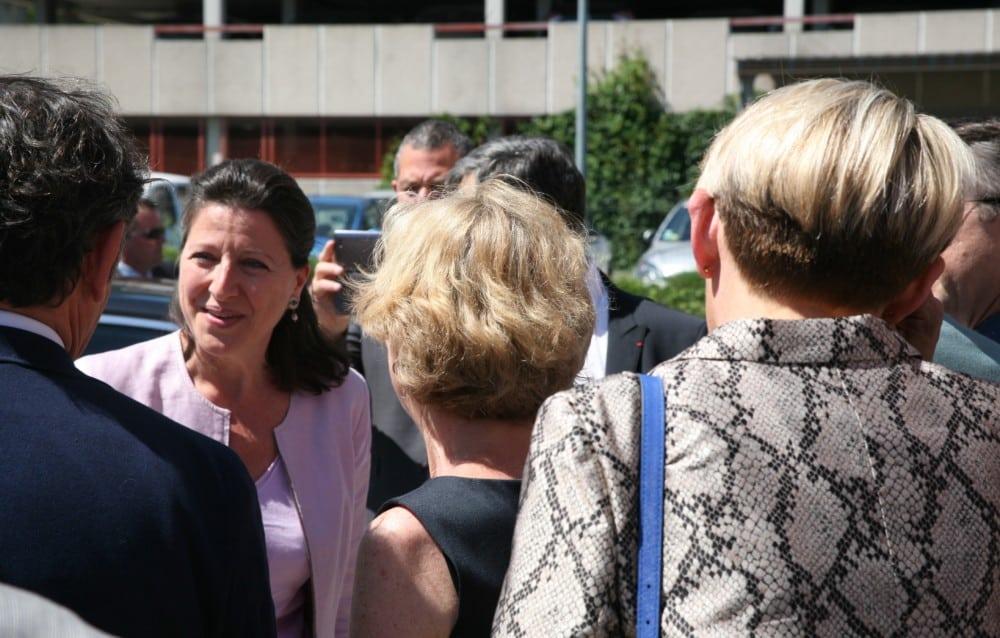 L'arrivée d'Agnès Buzyn à Biopolis, et la bise à Geneviève Fioraso (de dos) © Florent Mathieu - Place Gre'net