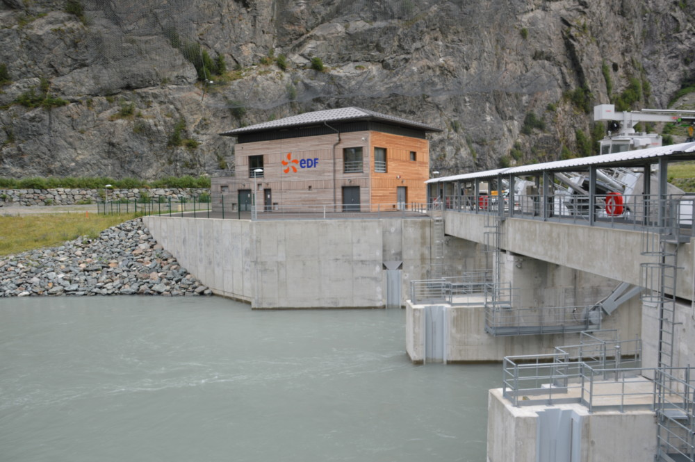 Des élus, dont des conseillers régionaux Auvergne-Rhône-Alpes, de la Métro ou de Grenoble, veulent faire barrage... à la privatisation des barrages.Le barrage de Livet. 26 juin 2017. © Laurent Genin