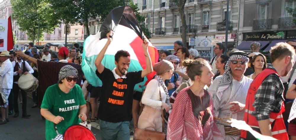 Au moins une autre personne portait un T-shirt appelant au boycott © Florent Mathieu - Place Gre'net