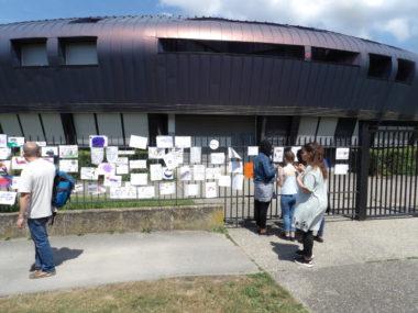 Très attachés au collège, les élèves lui ont rendu hommage en accrochant messages et dessins aux grilles de l'établissement. © Manuel Pavard - www.placegrenet.fr
