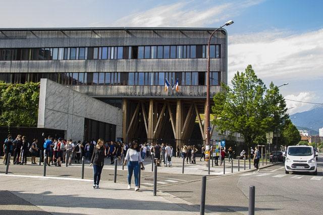 Des lycées devant le lycée des Eaux-Claires de Grenoble © Chloé Ponset - Place Gre'net