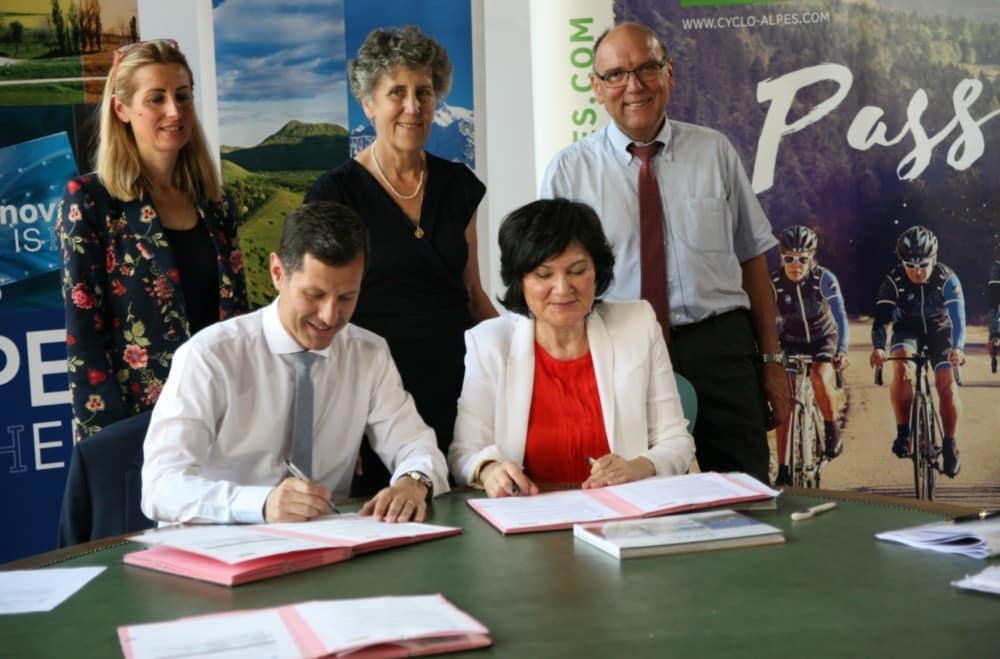 Témoins de la signature, Nathalie Béranger et Catherine Bolze du Conseil régional, et Jean-Paul Bret, président du Pays Voironnais © Florent Mathieu - Place Gre'net