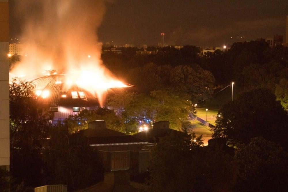 Le collège de la Villeneuve en flammes. © TheComeBasha