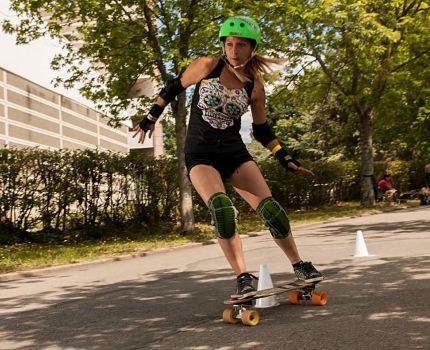 Le skate slalom consiste à effectuer le plus vite possible un parcours en slalomant entre des cônes. © Pat LR Oldman