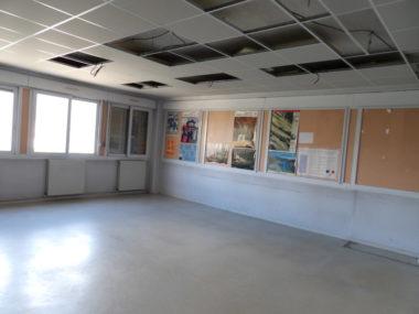Les travaux consistent essentiellement en une rénovation des sols, murs et plafonds, comme ici dans cette salle de classe. © Manuel Pavard - Place Gre'net