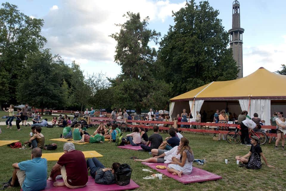 Alternatiba Grenoble organise la première Fête des possibles le 23 septembre, place Victor-Hugo et parc Paul-Mistral, en compagnie d'acteurs militants.Le parc Paul-Mistral, lors de la dernière étape du Tour Vélo à Énergie Positive d'Alternatiba © Alternatiba Grenoble