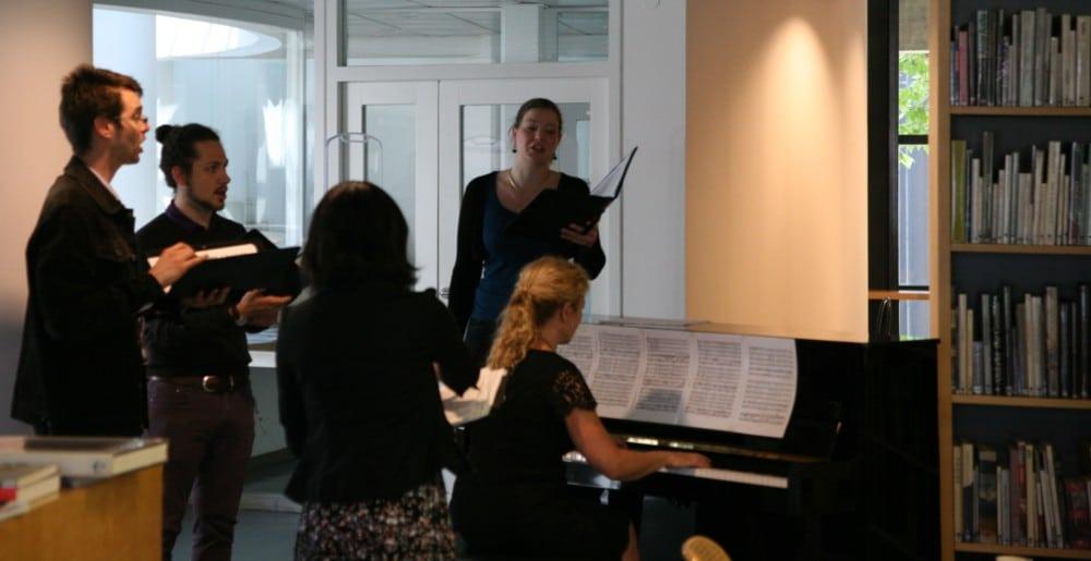 Les chanteurs du Conservatoire de Grenoble et la pianiste Laurence Garcin durant la présentation de Musée en Musique, dans la bibliothèque du Musée © Florent Mathieu - Place Gre'net