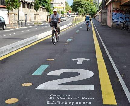 La Métropole mise sur Chronovélo, nouveaux réseau cyclable structurant de l'agglomération grenobloise, pour multiplier par trois l'usage du vélo.Les premières kilomètres de Chronovélos