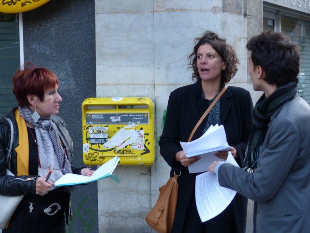 Distribution de tracts devant la Poste Championnet mercredi du collectif J'aime ma Poste à Grenoble © Florent Mathieu - Place Gre'net