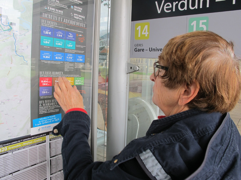Les abonnement des seniors ont sévèrement augmenté en 2017. Mais les personnes âgées peuvent comme les autres bénéficier des tarifs solidaires. © Séverine Cattiaux - Place Gre'net