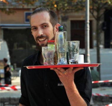 Simon - participant de la course des garçons de café et serveur au restaurant Le Palais à Grenoble © Anaïs Mariotti