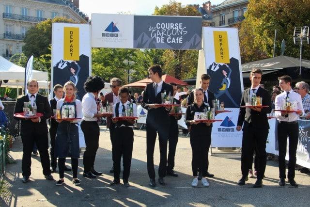 Les élèves des écoles hôtelières se concentrent avant le départ de la course des garçons de café. © Anaïs Mariotti