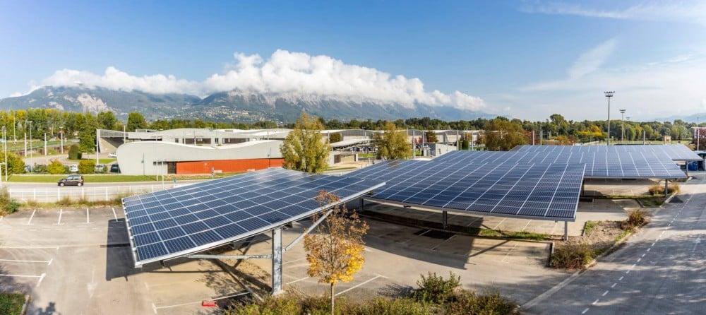 Ombrières photovoltaïques sur le parking-relais de Gières, dans le cadre du projet Parkosol qui s'inscrit dans les démarches de développement durable de Grenoble-Alpes Métropole pour produire de l'énergie à partir de centrales photovoltaïques. © Lucas Frangella - Grenoble-Alpes Métropole